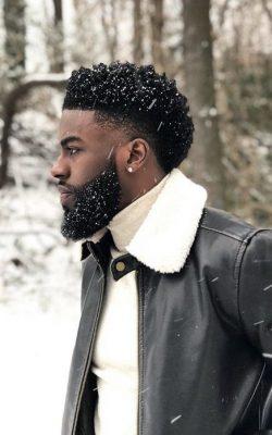 Corte para cabelo masculino crespo com volume no topo e degradê nas laterais é uma das grandes t ...