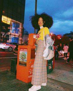 Outfits outfit fashion afro hairstyles wide leg pants turtleneck white sneakers backpack