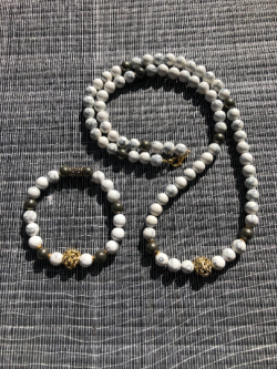 Howlite beaded necklace and bracelet lion charm.