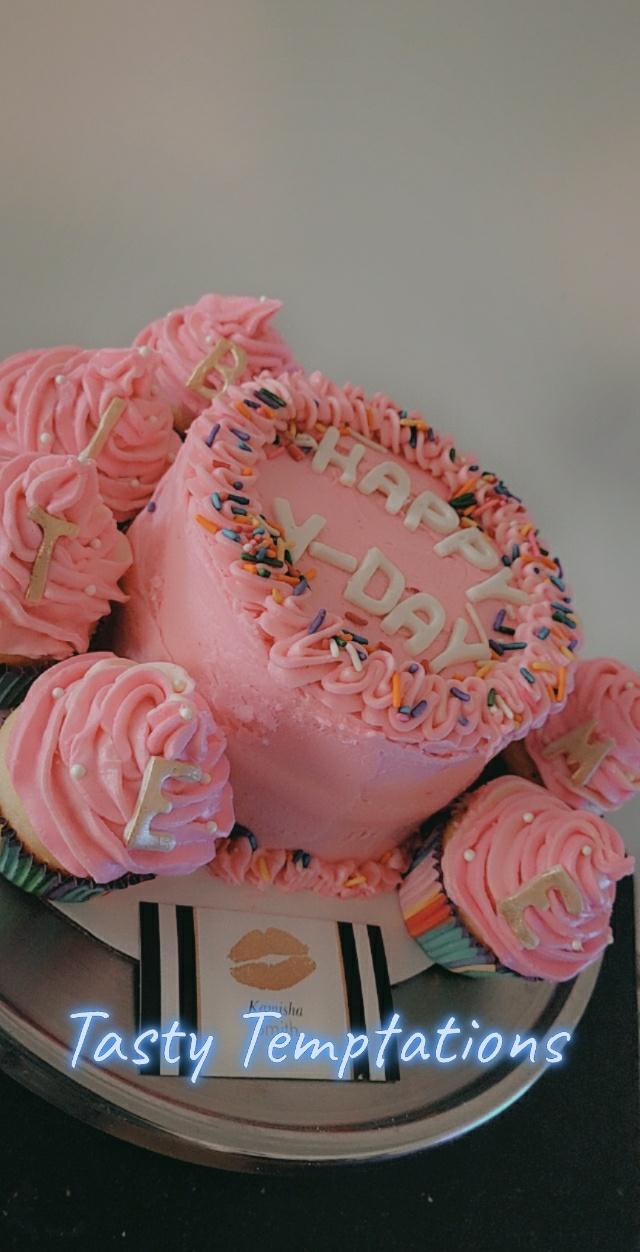 Vanilla cake with vanilla buttercream Vanilla cupcakes filled with strawberry jam and vanilla bu ...