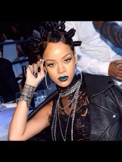 Rihanna: Bantu Knots